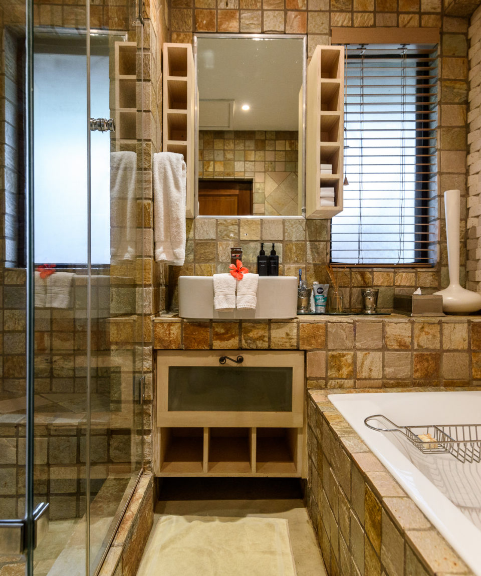 Khaya Ndlovu Manor House Room - Hardowood Suites Bathroom