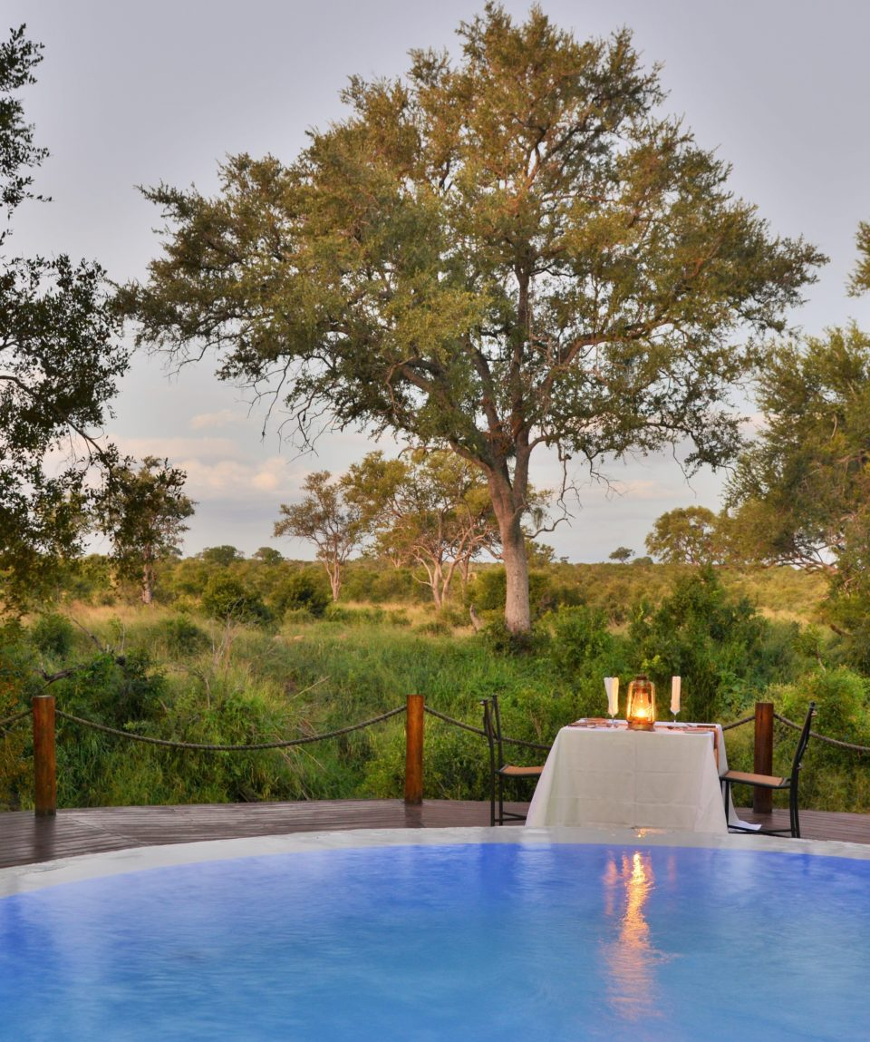 Hoyo Hoyo Safari Lodge - Pool Evening
